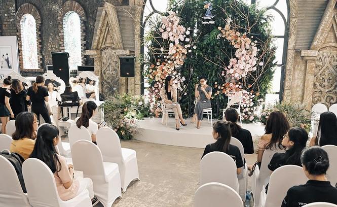 Hoa hậu Lương Thuỳ Linh mặc váy cưới khoe vòng 1 gợi cảm trên sàn catwalk - ảnh 9