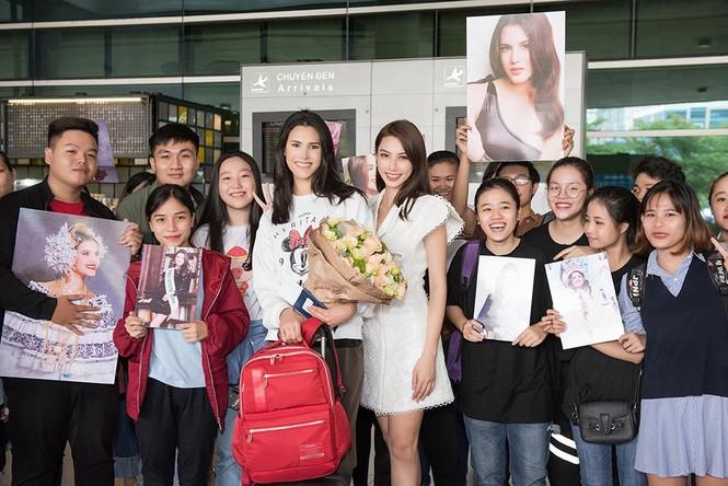 Hoa hậu Quốc tế 2018 mặc giản dị vẫn gây 'náo loạn' sân bay Tân Sơn Nhất - ảnh 12