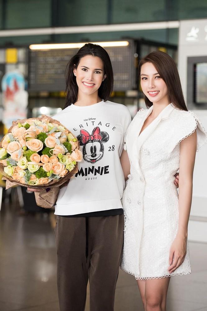 Hoa hậu Quốc tế 2018 mặc giản dị vẫn gây 'náo loạn' sân bay Tân Sơn Nhất - ảnh 7