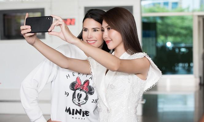 Hoa hậu Quốc tế 2018 mặc giản dị vẫn gây 'náo loạn' sân bay Tân Sơn Nhất - ảnh 8