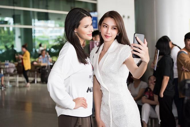 Hoa hậu Quốc tế 2018 mặc giản dị vẫn gây 'náo loạn' sân bay Tân Sơn Nhất - ảnh 9