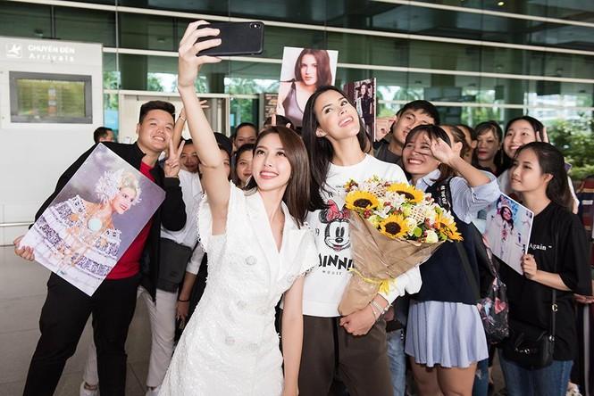 Hoa hậu Quốc tế 2018 mặc giản dị vẫn gây 'náo loạn' sân bay Tân Sơn Nhất - ảnh 10