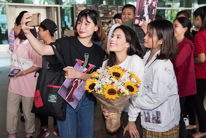 Hoa hậu Quốc tế 2018 mặc giản dị vẫn gây 'náo loạn' sân bay Tân Sơn Nhất - ảnh 11