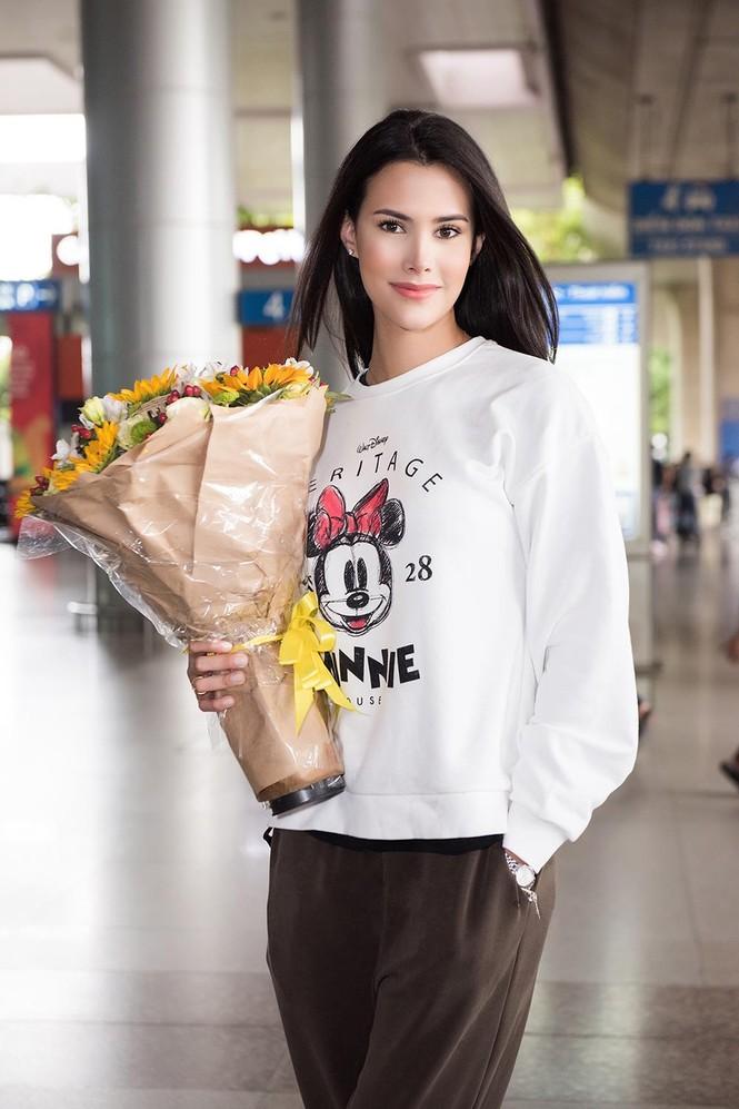 Hoa hậu Quốc tế 2018 mặc giản dị vẫn gây 'náo loạn' sân bay Tân Sơn Nhất - ảnh 6