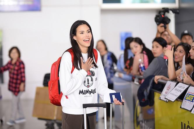 Hoa hậu Quốc tế 2018 mặc giản dị vẫn gây 'náo loạn' sân bay Tân Sơn Nhất - ảnh 1