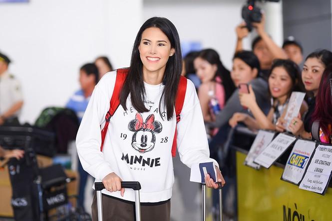 Hoa hậu Quốc tế 2018 mặc giản dị vẫn gây 'náo loạn' sân bay Tân Sơn Nhất - ảnh 2