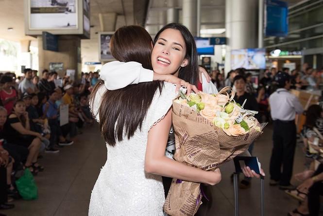 Hoa hậu Quốc tế 2018 mặc giản dị vẫn gây 'náo loạn' sân bay Tân Sơn Nhất - ảnh 5