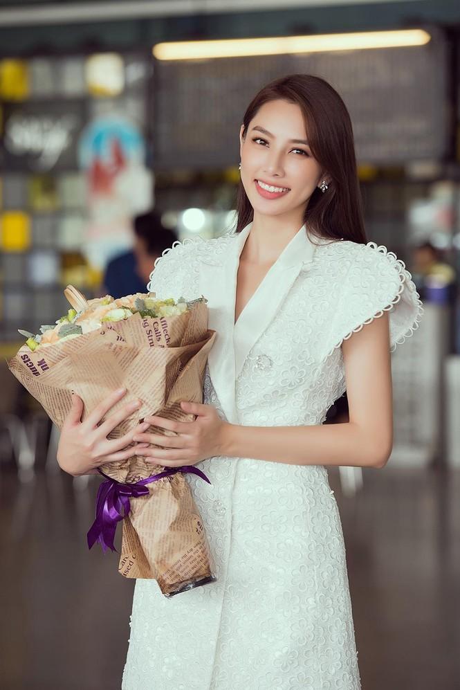 Hoa hậu Quốc tế 2018 mặc giản dị vẫn gây 'náo loạn' sân bay Tân Sơn Nhất - ảnh 4