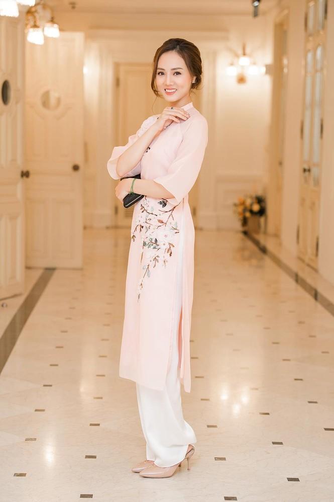 Bạn gái mặc áo dài xinh đẹp tới chúc mừng Công Lý nhận danh hiệu NSND  - ảnh 4