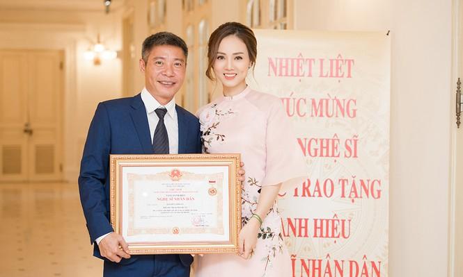 Bạn gái mặc áo dài xinh đẹp tới chúc mừng Công Lý nhận danh hiệu NSND  - ảnh 3