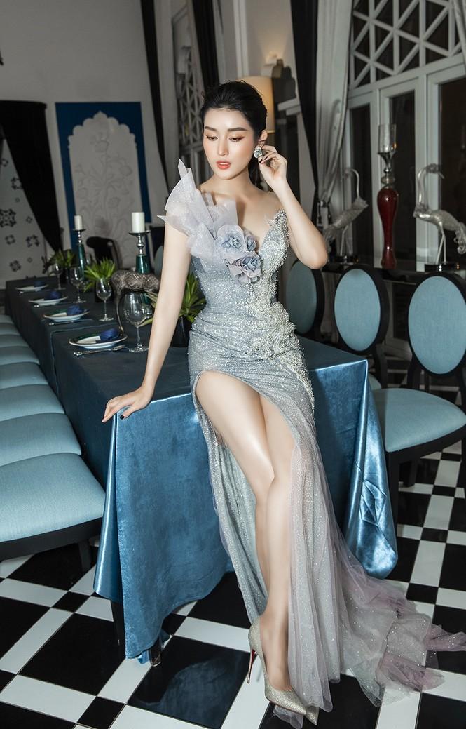 Á hậu Huyền My gợi cảm hết nấc với váy xẻ ngực - ảnh 4