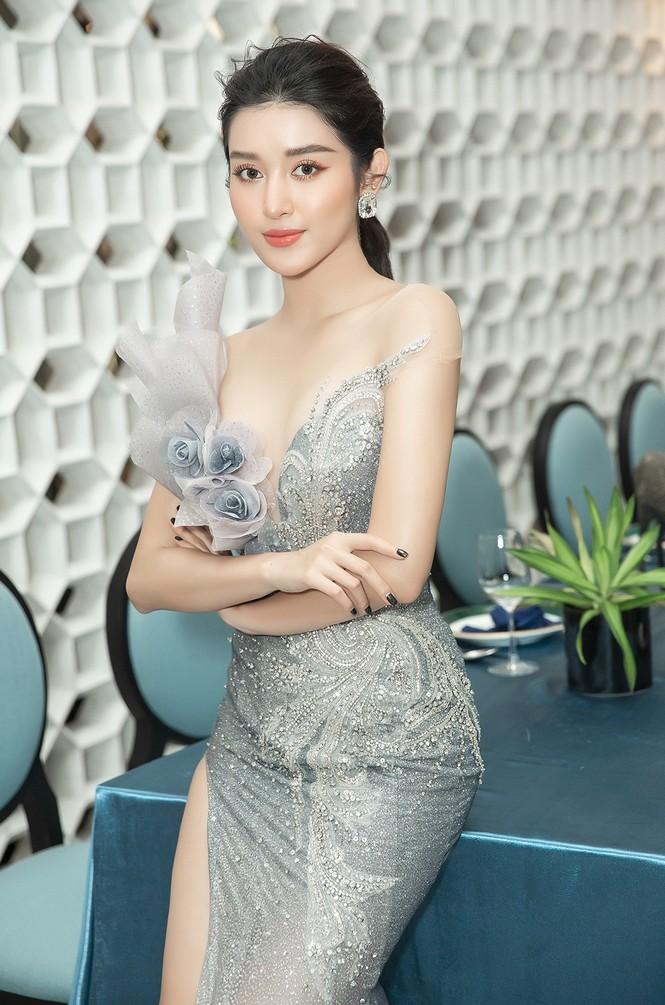 Á hậu Huyền My gợi cảm hết nấc với váy xẻ ngực - ảnh 3