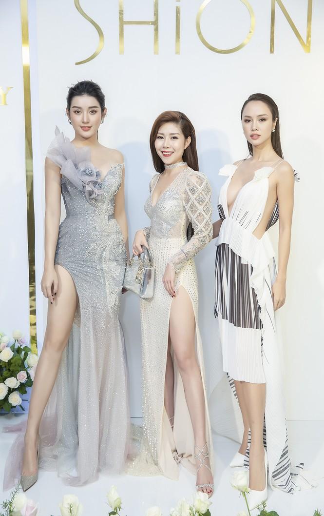 Á hậu Huyền My gợi cảm hết nấc với váy xẻ ngực - ảnh 5