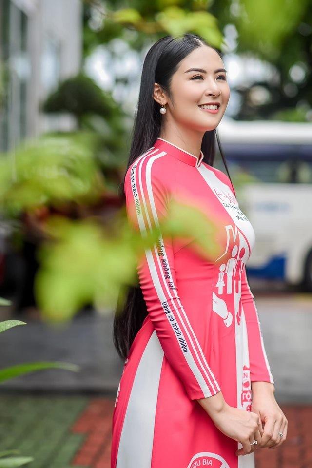 Hà Kiều Anh nóng bỏng với bikini, Tiểu Vy dáng đẹp như tạc tượng ở Hàn Quốc  - ảnh 17