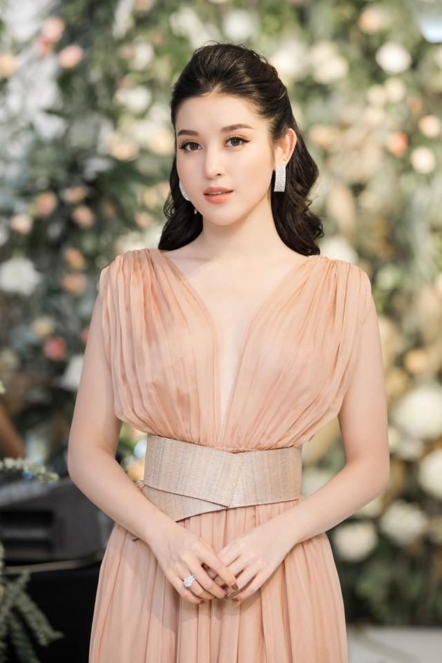 Hà Kiều Anh nóng bỏng với bikini, Tiểu Vy dáng đẹp như tạc tượng ở Hàn Quốc  - ảnh 8