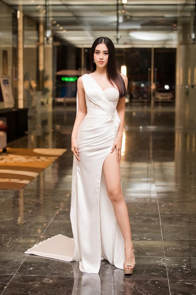 Tiểu Vy, Lương Thuỳ Linh đẹp 'bất phân thắng bại' với váy cắt xẻ gợi cảm - ảnh 1