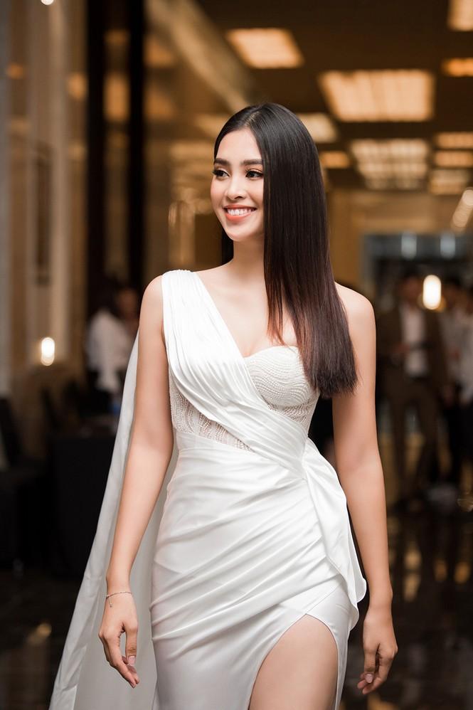 Tiểu Vy, Lương Thuỳ Linh đẹp 'bất phân thắng bại' với váy cắt xẻ gợi cảm - ảnh 3