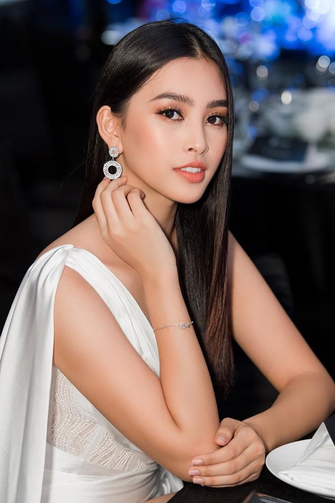 Tiểu Vy, Lương Thuỳ Linh đẹp 'bất phân thắng bại' với váy cắt xẻ gợi cảm - ảnh 4