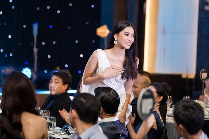 Tiểu Vy, Lương Thuỳ Linh đẹp 'bất phân thắng bại' với váy cắt xẻ gợi cảm - ảnh 5