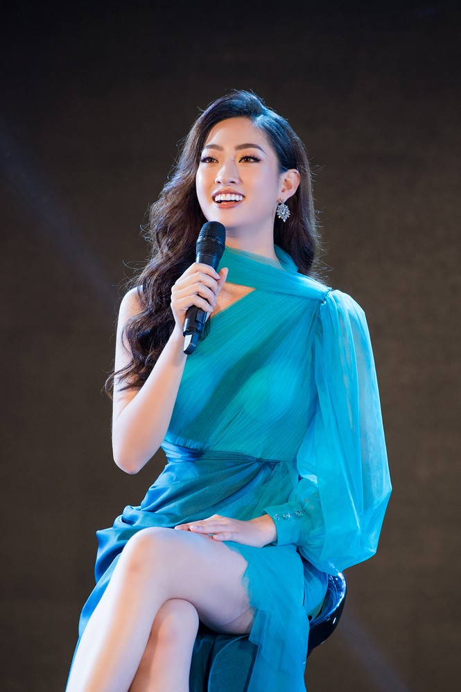 Tiểu Vy, Lương Thuỳ Linh đẹp 'bất phân thắng bại' với váy cắt xẻ gợi cảm - ảnh 11