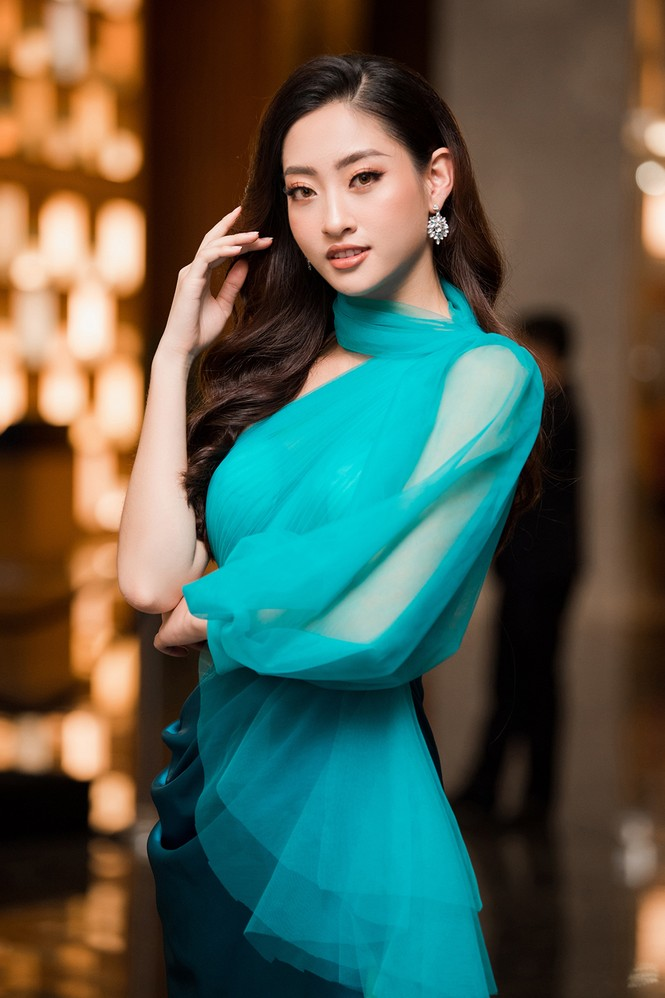 Tiểu Vy, Lương Thuỳ Linh đẹp 'bất phân thắng bại' với váy cắt xẻ gợi cảm - ảnh 9