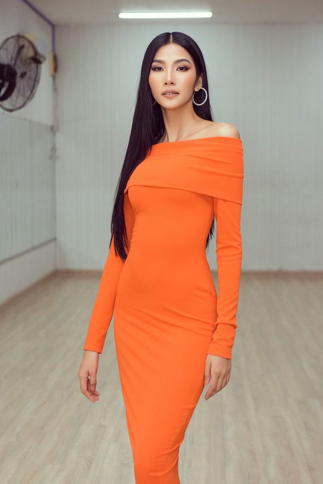 Chuyên gia đào tạo catwalk Philippines hy vọng Hoàng Thuỳ lên ngôi Miss Universe - ảnh 1