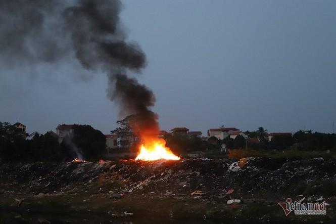 Khói đốt vải khét lẹt đầu độc dân làng vải vụn ở ngoại thành Hà Nội - ảnh 1