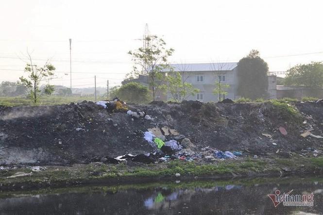 Khói đốt vải khét lẹt đầu độc dân làng vải vụn ở ngoại thành Hà Nội - ảnh 2