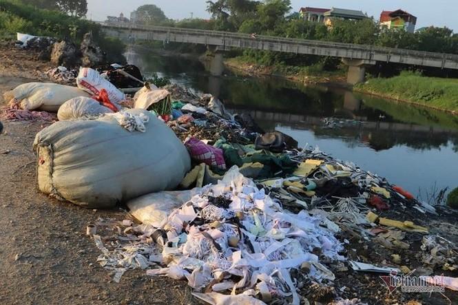 Khói đốt vải khét lẹt đầu độc dân làng vải vụn ở ngoại thành Hà Nội - ảnh 3
