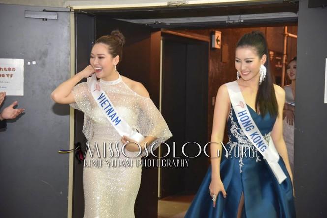 Khoảnh khắc đẹp: Tường San cúi người chỉnh váy cho Hoa hậu Indonesia ở hậu trường - ảnh 7