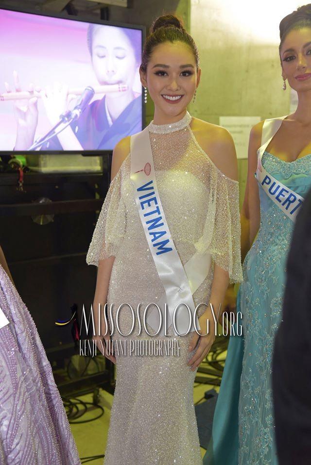 Khoảnh khắc đẹp: Tường San cúi người chỉnh váy cho Hoa hậu Indonesia ở hậu trường - ảnh 5