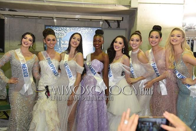 Khoảnh khắc đẹp: Tường San cúi người chỉnh váy cho Hoa hậu Indonesia ở hậu trường - ảnh 2