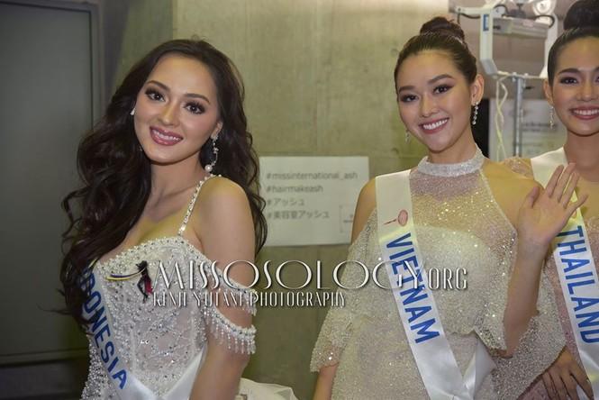 Khoảnh khắc đẹp: Tường San cúi người chỉnh váy cho Hoa hậu Indonesia ở hậu trường - ảnh 1