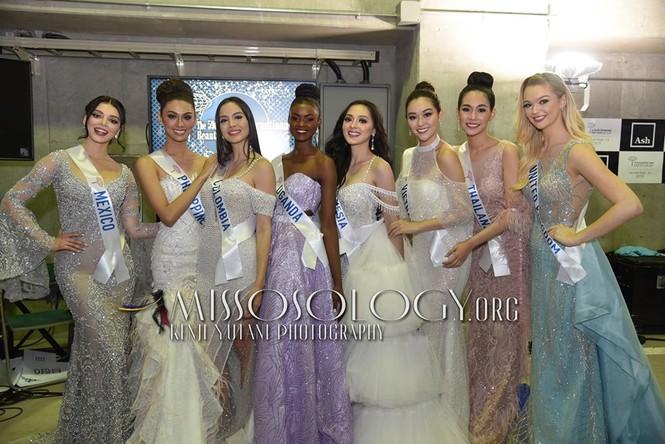 Khoảnh khắc đẹp: Tường San cúi người chỉnh váy cho Hoa hậu Indonesia ở hậu trường - ảnh 4