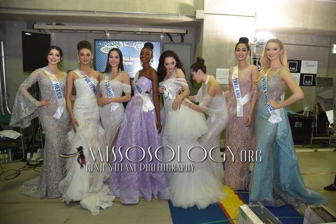 Khoảnh khắc đẹp: Tường San cúi người chỉnh váy cho Hoa hậu Indonesia ở hậu trường - ảnh 3