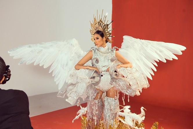 Hoàng Thuỳ chật vật mặc thử trang phục dân tộc khiến fans hoang mang  - ảnh 5