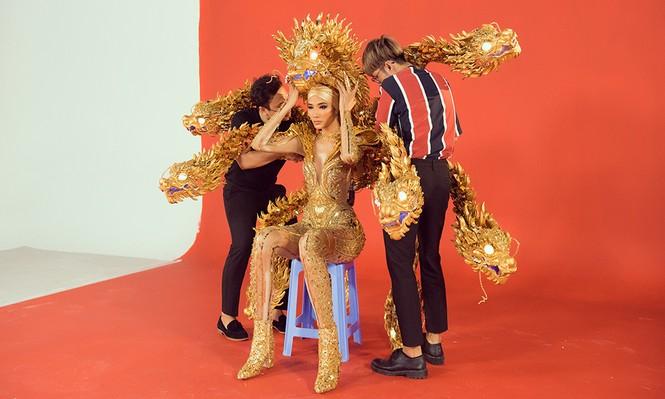 Hoàng Thuỳ chật vật mặc thử trang phục dân tộc khiến fans hoang mang  - ảnh 2