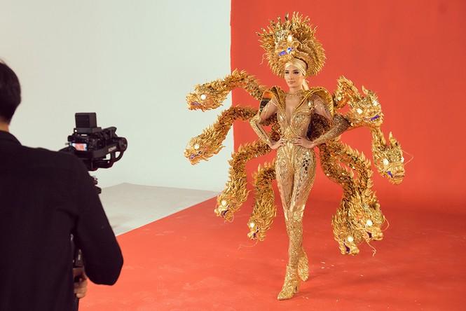 Hoàng Thuỳ chật vật mặc thử trang phục dân tộc khiến fans hoang mang  - ảnh 1