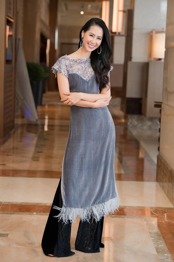 Hoàng Thuỳ chật vật mặc thử trang phục dân tộc khiến fans hoang mang  - ảnh 16