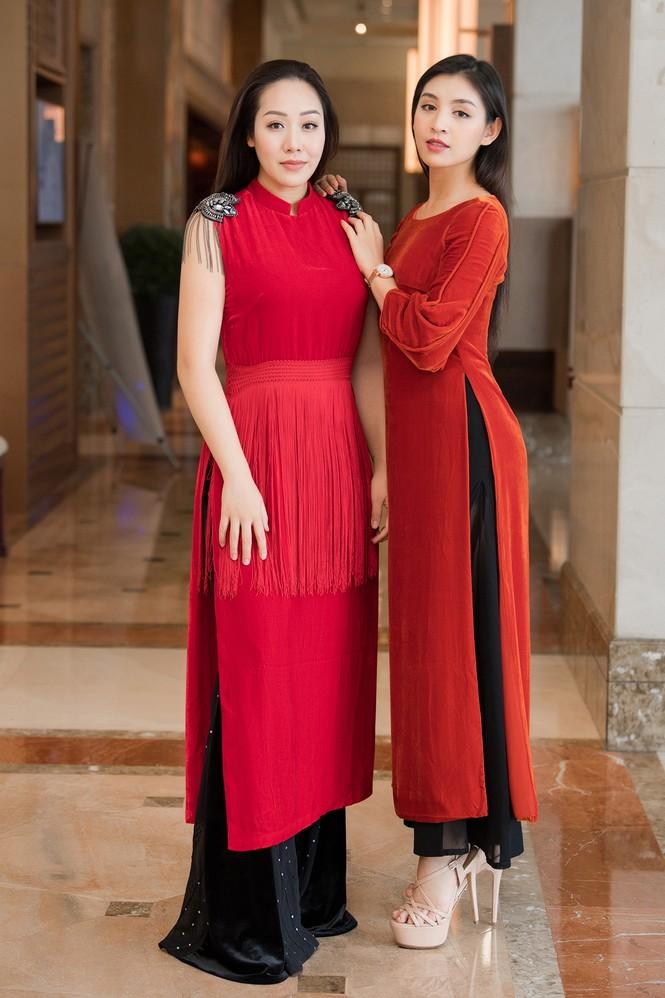 Hoàng Thuỳ chật vật mặc thử trang phục dân tộc khiến fans hoang mang  - ảnh 15