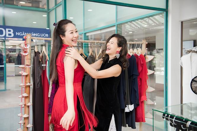 Tái xuất sau khi sinh con, Ngô Phương Lan rạng rỡ thử đồ để dự show thời trang - ảnh 3