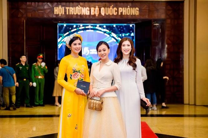 Tiểu Vy khoe eo 'con kiến' gợi cảm, Hoàng Thuỳ cá tính với vest kín bưng - ảnh 6
