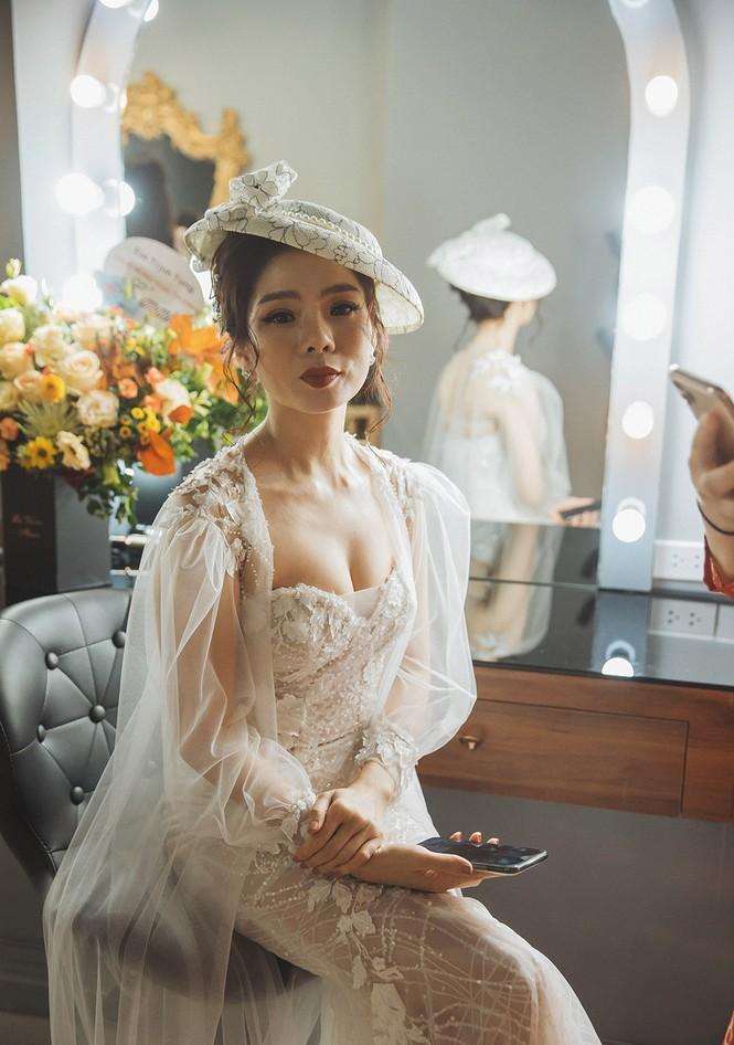 Hoa hậu Nguyễn Thị Huyền váy xẻ gợi cảm, Lệ Quyên khoe ngực đầy hút mắt - ảnh 4