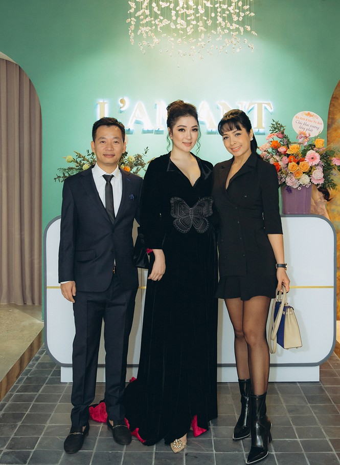 Hoa hậu Nguyễn Thị Huyền váy xẻ gợi cảm, Lệ Quyên khoe ngực đầy hút mắt - ảnh 3