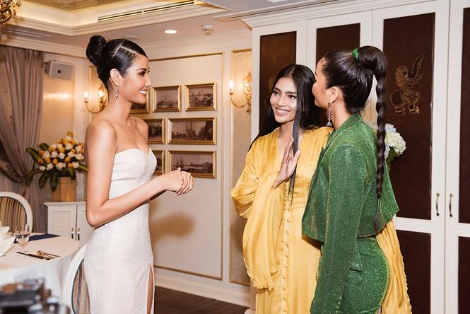 Hoàng Thuỳ khoe ngực đầy, hội ngộ H'Hen Niê trước khi sang Mỹ thi Miss Universe - ảnh 6