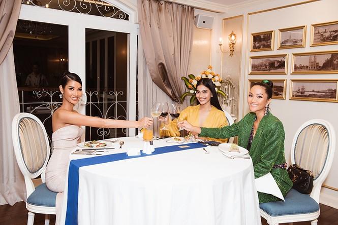 Hoàng Thuỳ khoe ngực đầy, hội ngộ H'Hen Niê trước khi sang Mỹ thi Miss Universe - ảnh 7