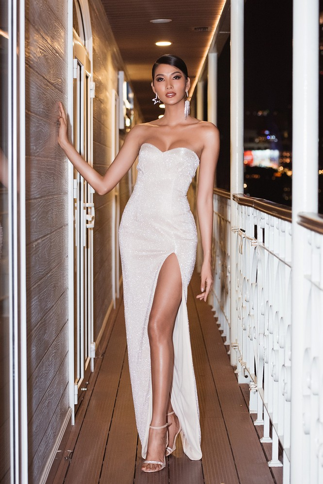 Hoàng Thuỳ khoe ngực đầy, hội ngộ H'Hen Niê trước khi sang Mỹ thi Miss Universe - ảnh 1