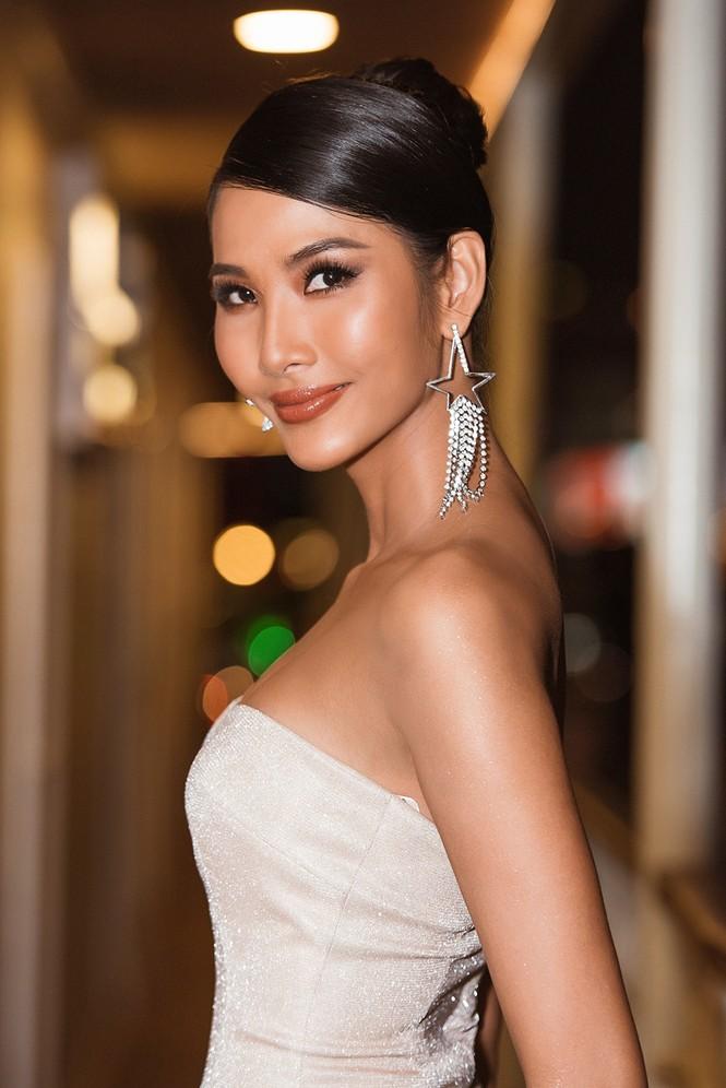 Hoàng Thuỳ khoe ngực đầy, hội ngộ H'Hen Niê trước khi sang Mỹ thi Miss Universe - ảnh 3