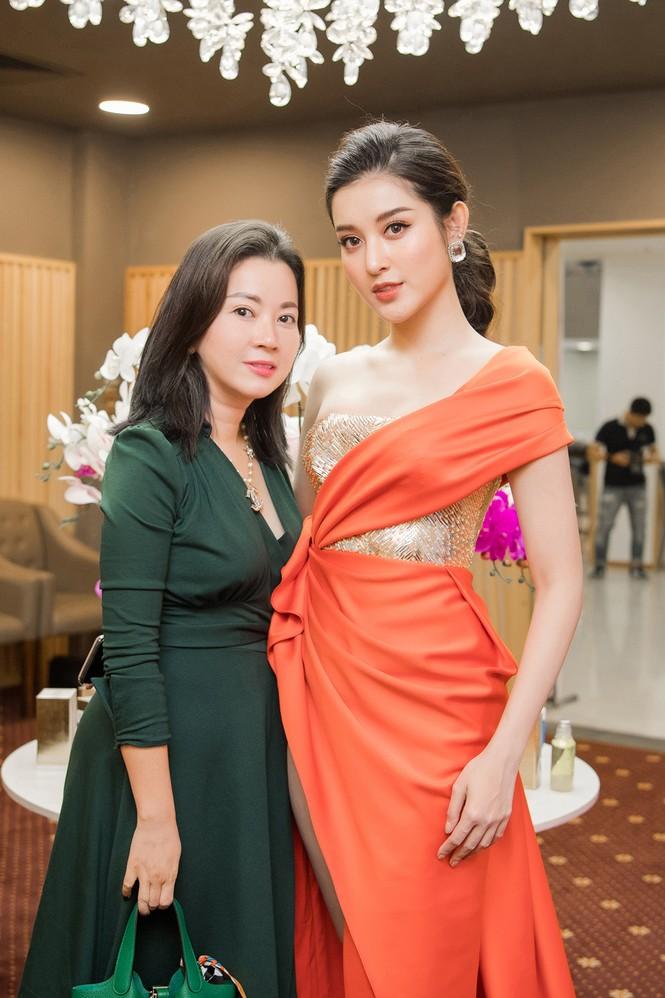 Tú Anh, Huyền My diện váy xẻ 'cao ngút' khoe chân dài gợi cảm  - ảnh 7
