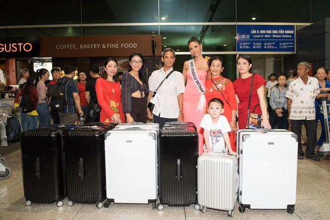 H'Hen Niê 'náo loạn' sân bay, tiễn Hoàng Thuỳ đi Mỹ dự thi Miss Universe  - ảnh 12
